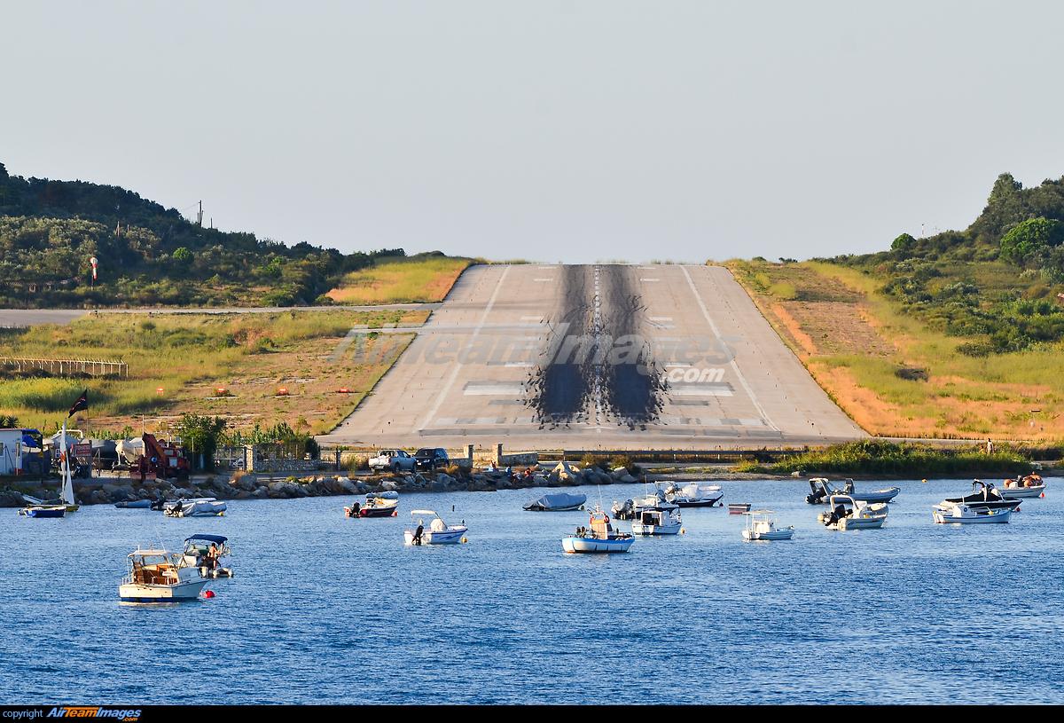 Aeroporto Skiathos : Skiathos airport runway large preview airteamimages